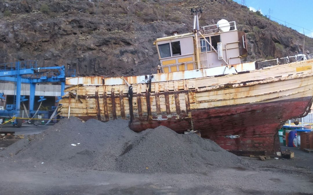 Puertos Canarios retira un barco abandonado del Puerto de Playa Santiago, en La Gomera