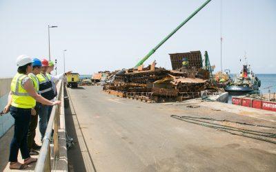 El traslado de las pontonas ubicadas en el puerto de Gran Tarajal se iniciará vía marítima durante el día de hoy