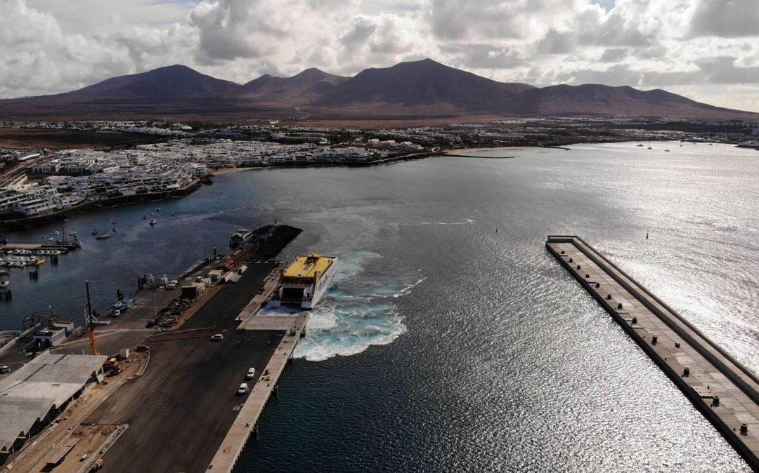 La naviera Fred. Olsen opera desde el nuevo dique del puerto de Playa Blanca